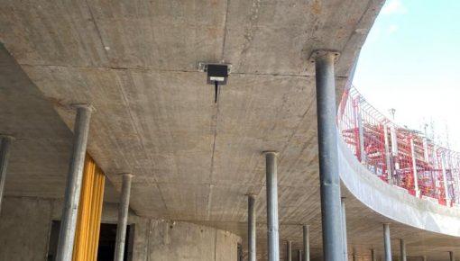 Monitorowanie deformacji elementów konstrukcyjnych podczas procesu deinstalacji szalunków stropowych.